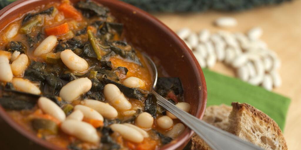 zuppa di cavolo nero e fagioli cannellini-piatto tradizionale della cuvina italiana